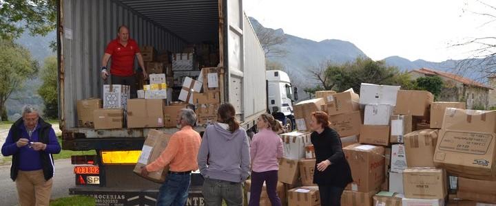 Transporte de un contenedor con material de ayuda